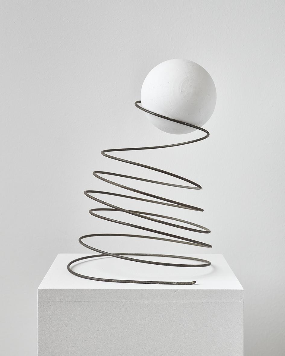 Inge Mahn Sprungfeder, 2015 Gips, Metall, 35 x 23 x 24,5 cm,  5.355 € Edition 5/5